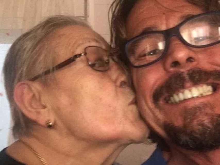 Juan Muñoz y su madre, en una foto personal.