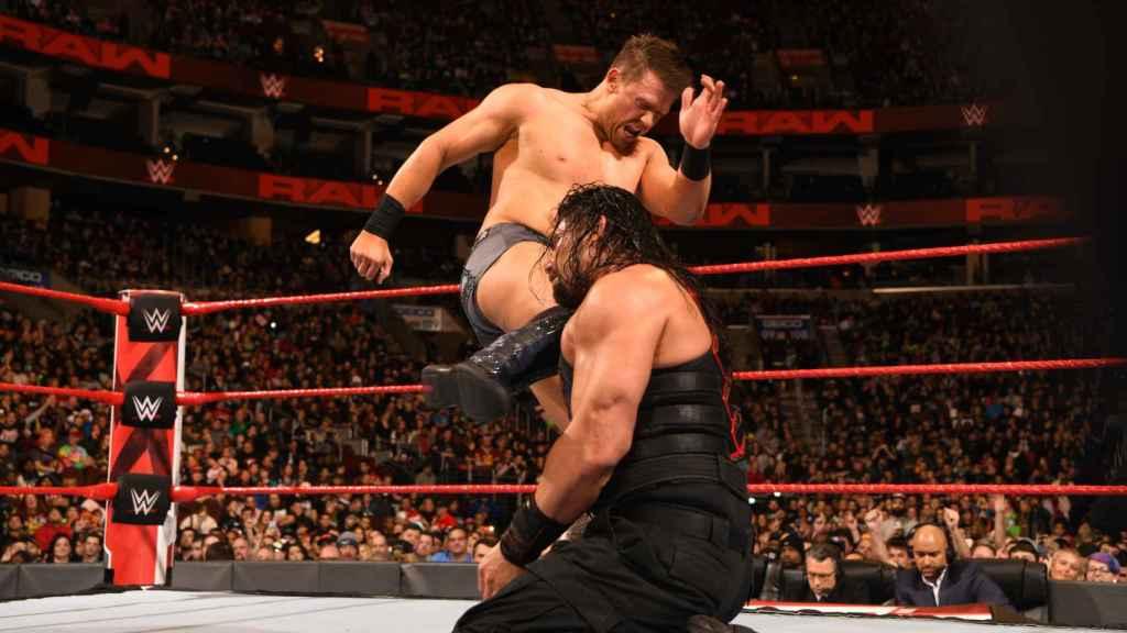 The Miz, durante una pelea contra Roman Reigns