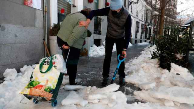 La ciudadanía se ha volcado en la limpieza de calles y aceras.