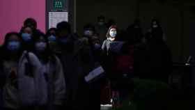 Ciudadanos chinos caminando por Shangay.