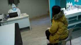 Una paciente recibe el resultado positivo de una PCR en un centro especializado de Barcelona. EFE/Enric Fontcuberta