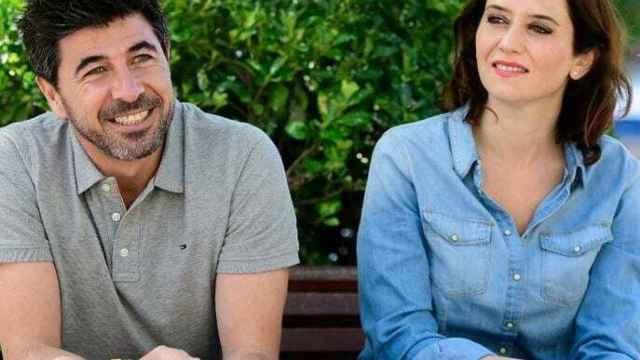 Jairo Alonso e Isabel Díaz Ayuso, en las calles de Madrid.