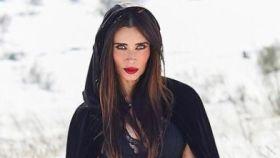 Pilar Rubio posando en la nieve a lo 'Caperucita negra'.