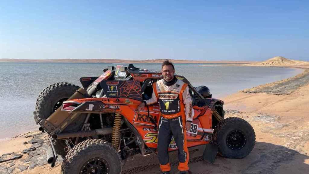 Xavier Blanco junto a su SxS del Rally Dakar 2021
