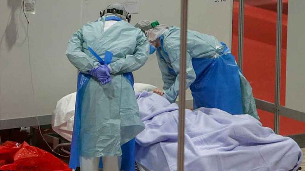 Dos sanitarios atienden a un enfermo con Covid-19.