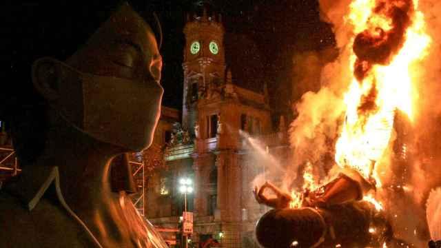 Quema parcial de la falla de la Plaza del Ayuntamiento de Valencia en marzo de 2020. EE