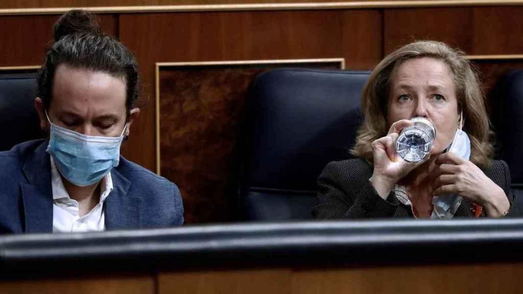 Iglesias y Calviño, en sus escaños del Congreso.