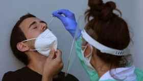 Personal sanitario realiza una prueba PCR a un hombre en el Hospital Alvaro Cunqueiro de Vigo.