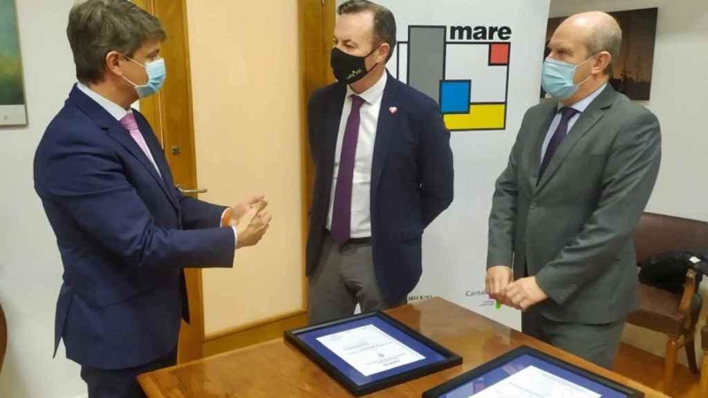 El director general de MARE, José María Díaz; el consejero Guillermo Blanco; y el director de AENOR en Cantabria, Gerardo Pellón.