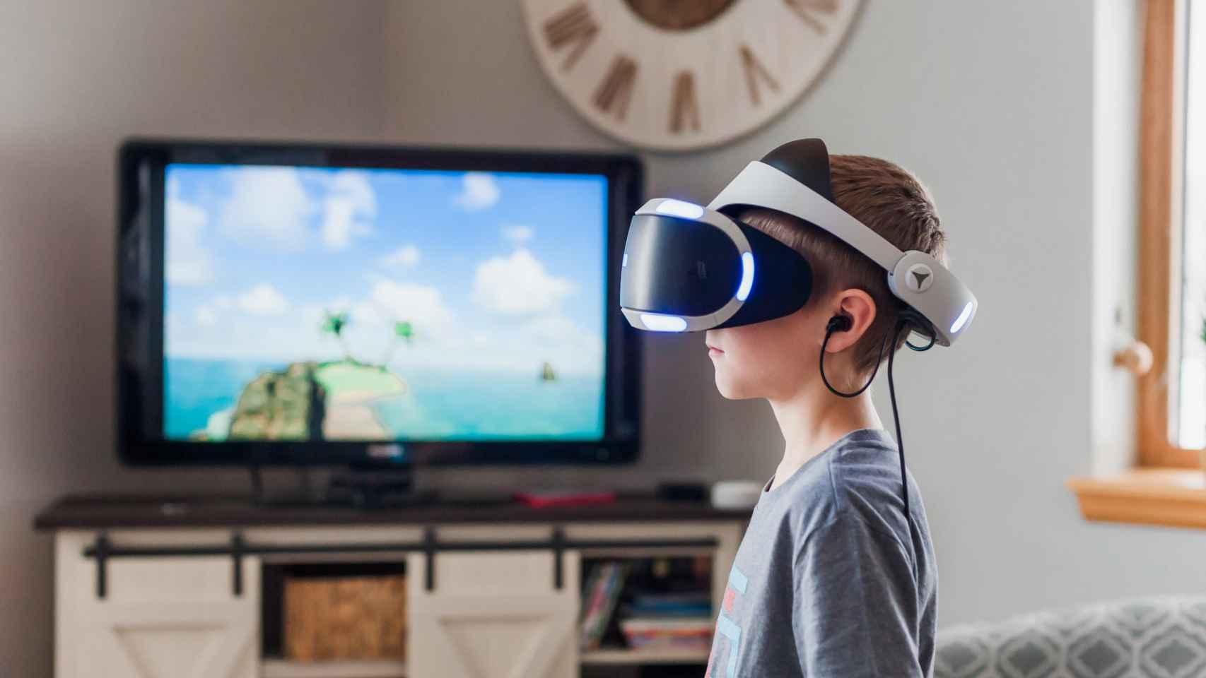 Un niño usando un dispositivo de realidad virtual en su casa. Foto: Jessica Lewis - Unsplash