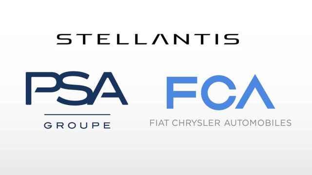 Emblemas del Grupo Stellantis, de FCA y de PSA.