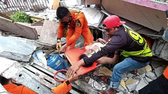 Los trabajos de rescate tras el terremoto en Indonesia.