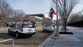 La Policía permanece apostada frente a la Casa Blanca.