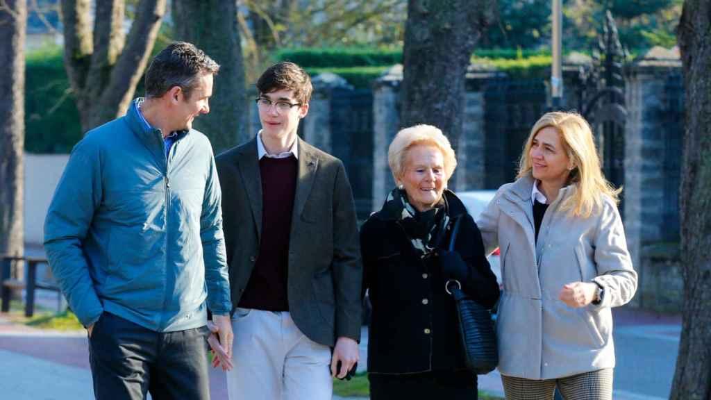 Pablo Urdangarin, en diciembre de 2019, con su padre, su madre y su abuela en Vitoria.