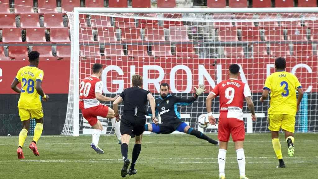 Valery marca uno de sus goles al Cádiz