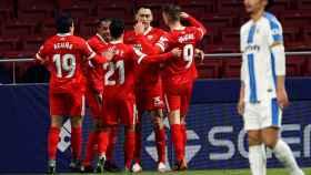 Los jugadores del Sevilla felicitan a Ocampos tras su gol al Leganés