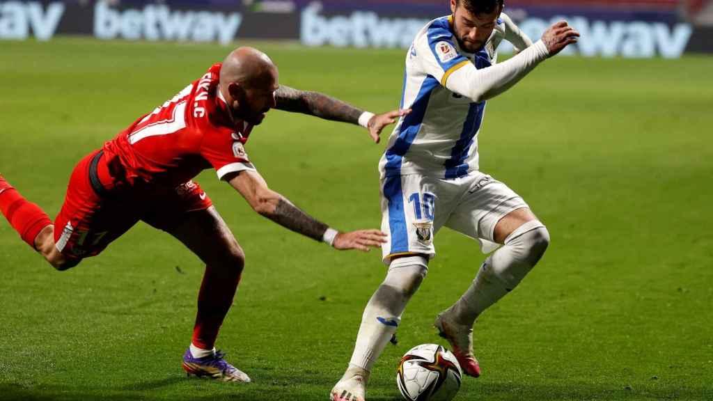 Jose Arnaiz regatea a Aleix Vidal