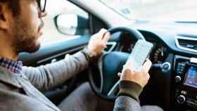 Usar el móvil en un semáforo en rojo: ¿es legal o pueden multarnos?