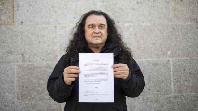 El escultor y voz crítica de Podemos, Fernando Barredo, enseña la demanda que ha interpuesto contra el proceso de Vistalegre III.