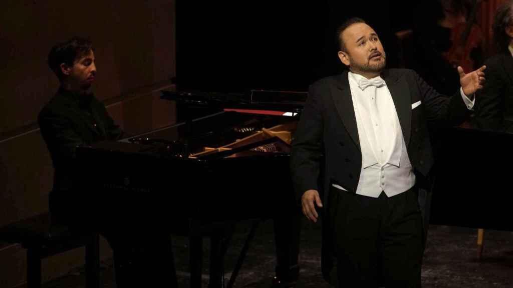 El tenor Javier Camarena y el pianista Ángel Rodríguez durante el concierto en el Teatro Real de Madrid.