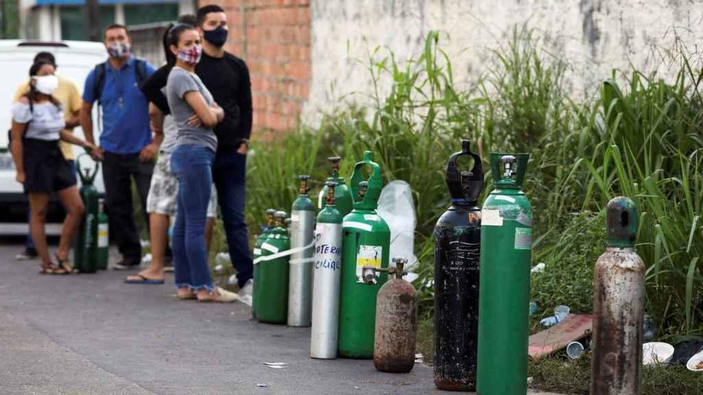 Un grupo de personas hace cola para conseguir una bombona de oxígeno, en Manaos.