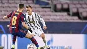 Arthur Melo ante Pjanic en el Barça-Juve