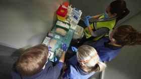 Varios trabajadores sanitarios, con material necesario para administrar la vacuna contra la Covid-19.