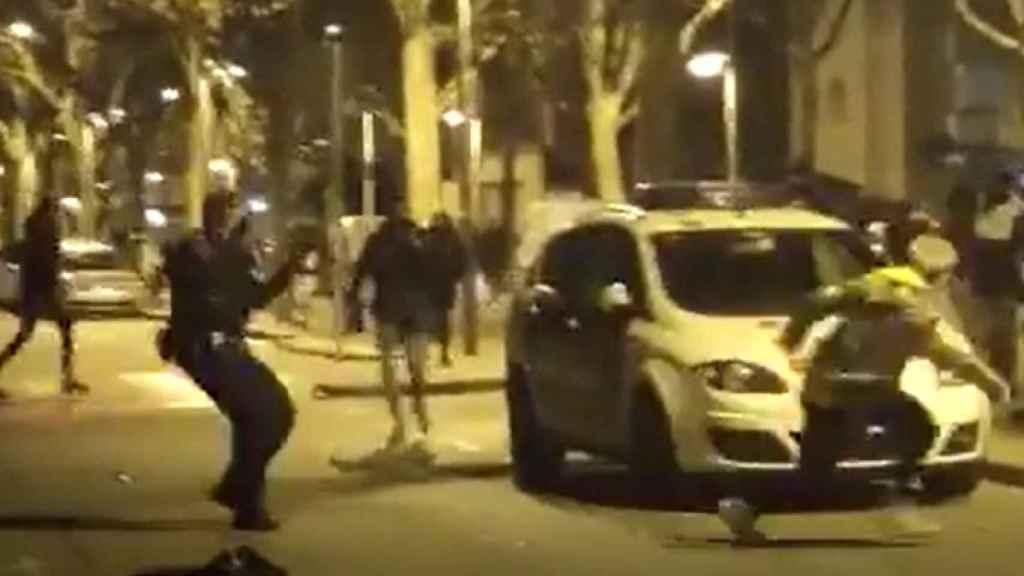 Una turba de jóvenes insulta y amenaza a los policías locales que han disuelto un botellón en la Pallejà.
