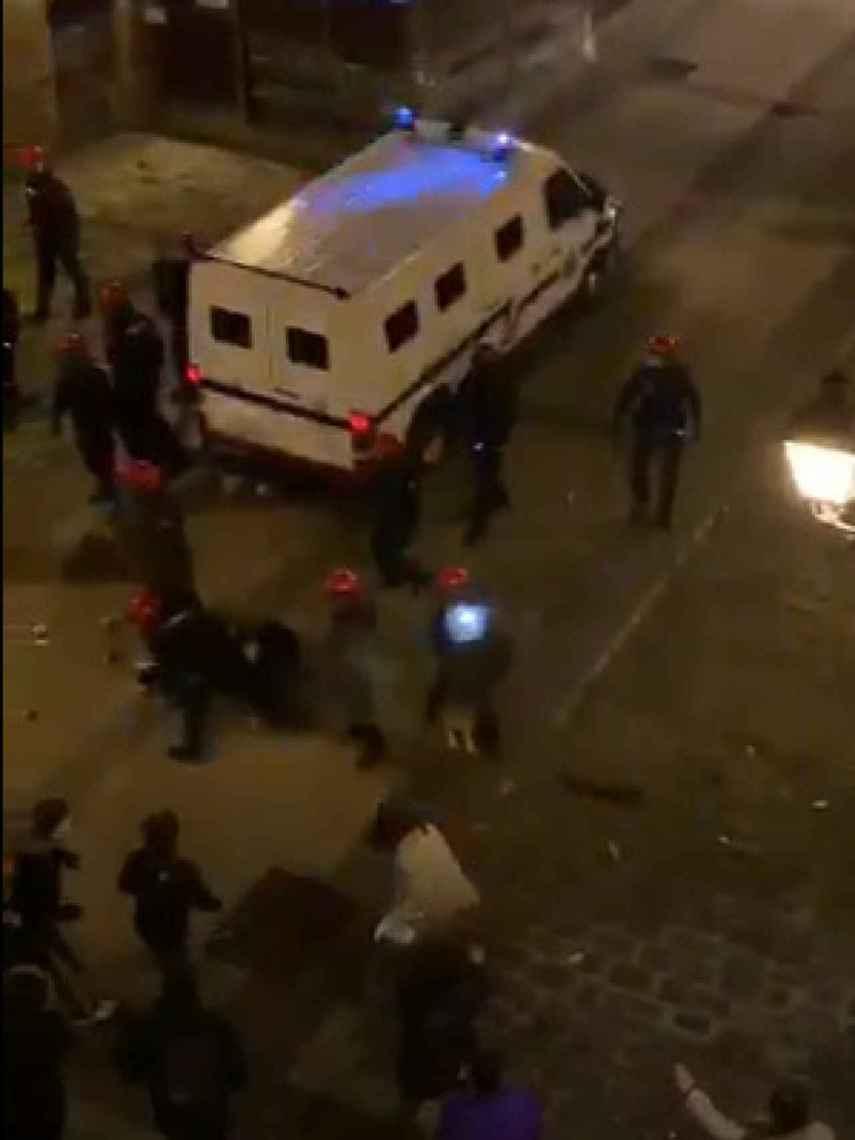 Un grupo de ertzainas repele el ataque de unos jóvenes que estaban participando en un botellón en Bilbao.