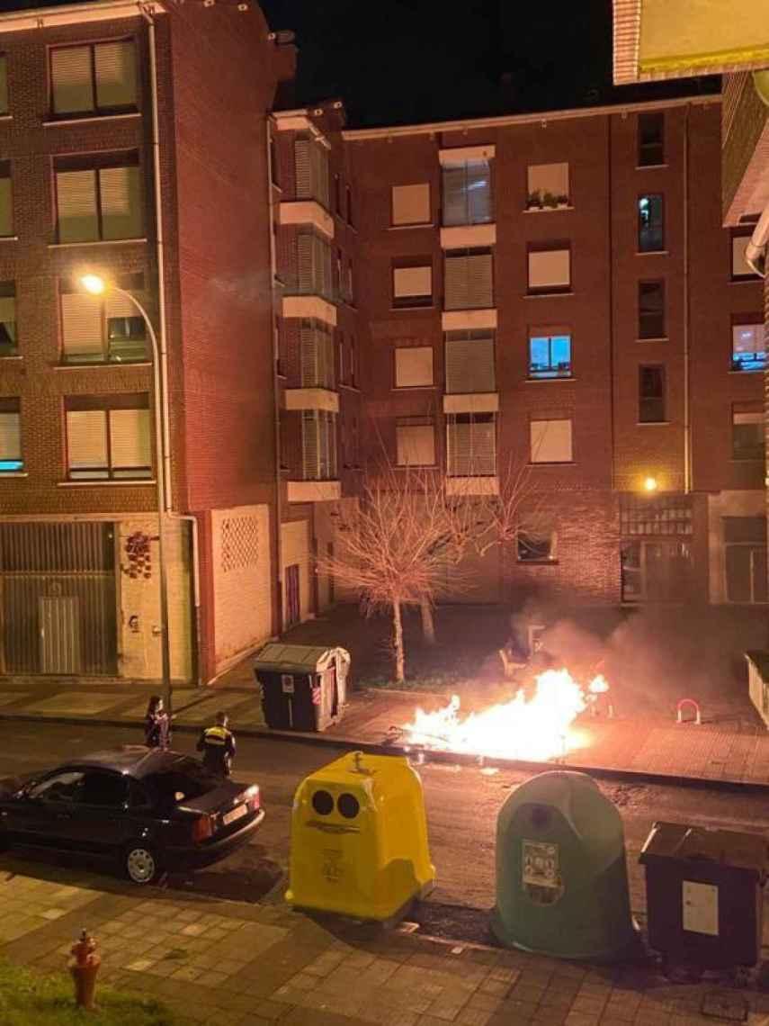 Uno de los contenedores que ardió durante la noche del sábado en el País Vasco por incidentes protagonizados por jóvenes contra las restricciones horarias.