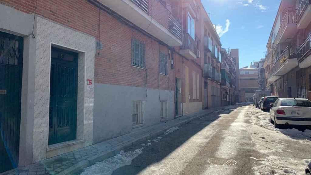 La calle en la que se encuentra el narcobloque, con el colegio enfrente.