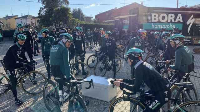 Los ciclistas del equipo BORA antes de un entreno