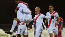 Los jugadores del Rayo Vallecano celebran su triunfo sobre el Elche