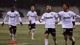 Los jugadores del Valencia celebran el gol de Manu Vallejo