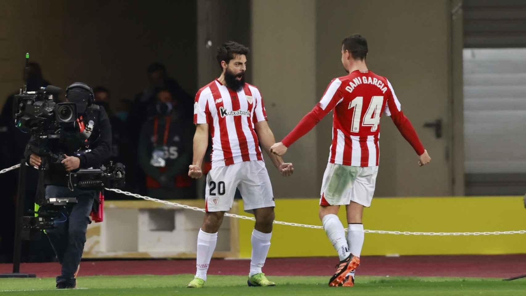 Villalibre celebra con Dani García su gol al Barcelona