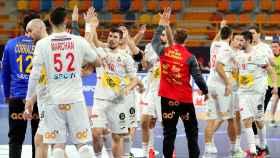 Los jugadores de la selección española de balonmano celebra la victoria ante Polonia