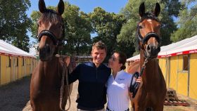 Thomas Müller junto a su mujer y dos de sus caballos. Foto: Instagram (@esmuellert)