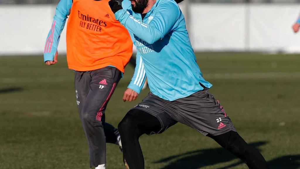 Isco conduce el balón ante el marcaje de Lucas Vázquez