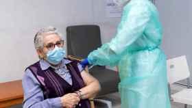 Nieves Cabo, primera gallega en ponerse la vacuna, recibe este domingo la segunda dosis.