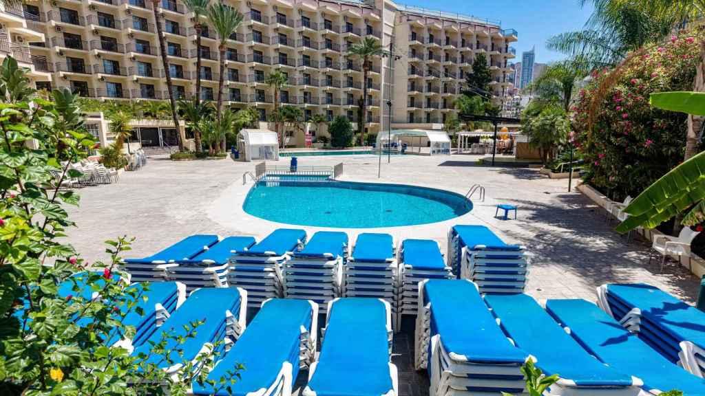 Un hotel de Benidorm, con todas sus tumbonas vacías.