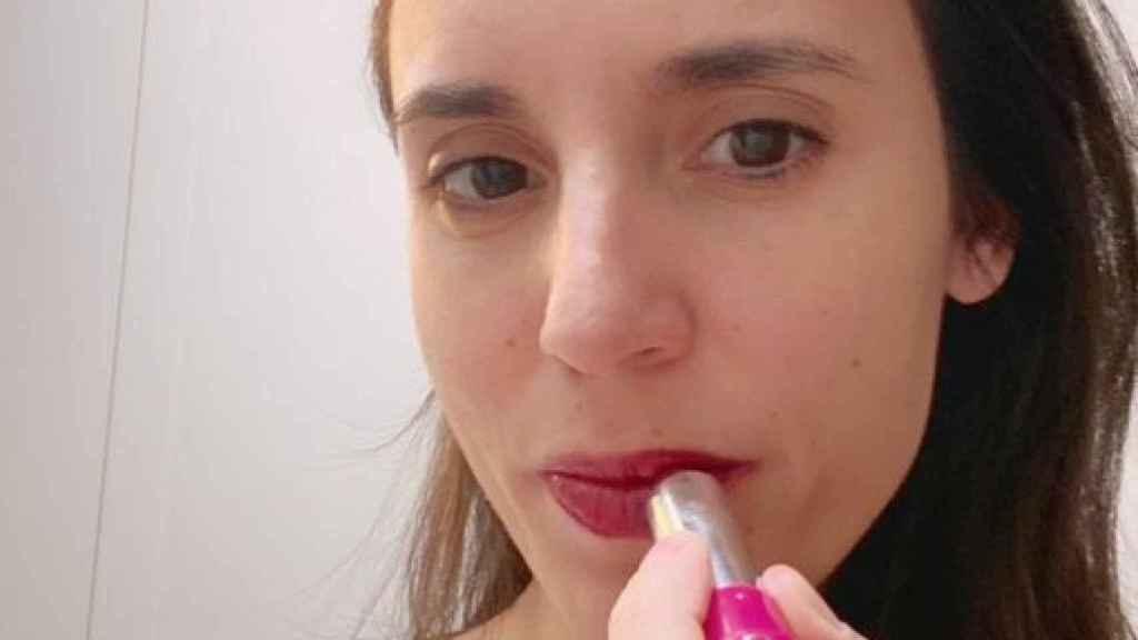 Irene Montero, pintándose los labios de rojo.
