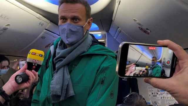 Alexei Navalny, en el vuelo que ha tomado en el aeropuerto de Berlín para viajar a Moscú.