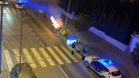 Un contenedor incendiado por los jóvenes disueltos por la Policía Local de la Pallejà.