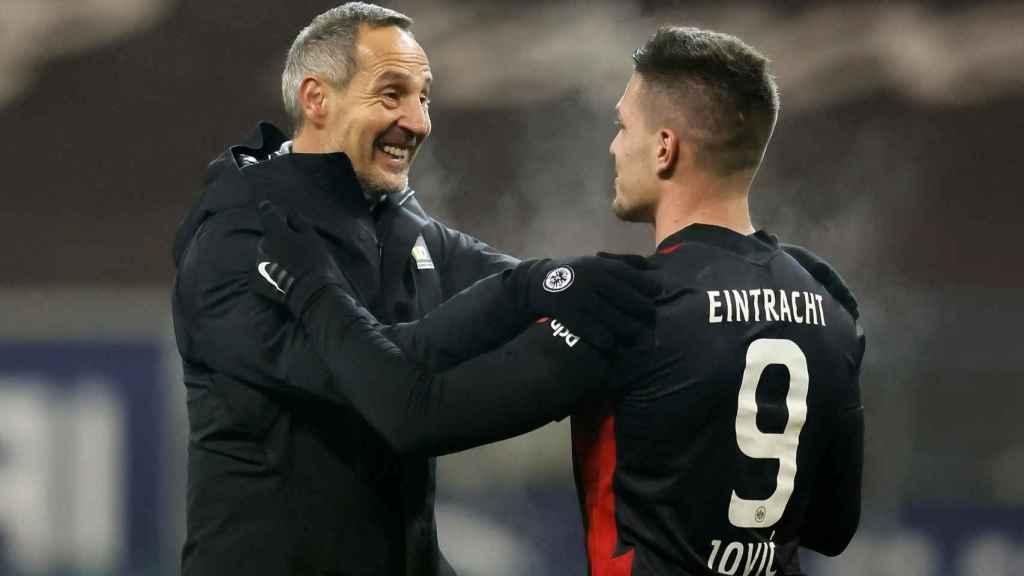 Adi Hütter, entrenador del Eintracht Frankfurt, y Luka Jovic