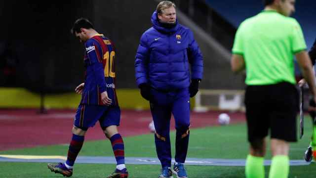 Leo Messi pasa ante Ronald Koeman tras ser expulsado