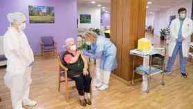 Araceli Hidalgo, de 96 años, recibe la segunda dosis de la vacuna de Pfizer.