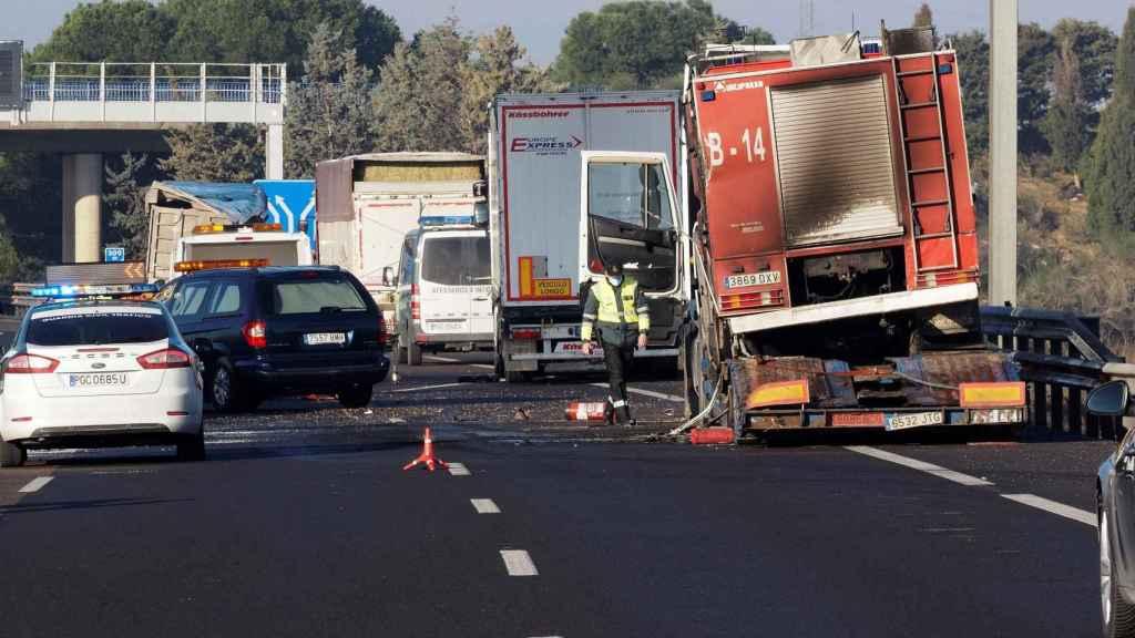 El camión incendiado en el punto de la A-6 donde los tres camioneros fueron arrollados.