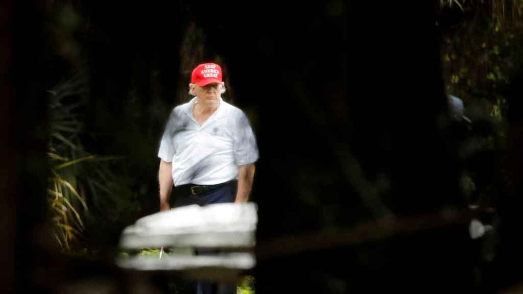 Donald Trump jugando al golf en el Trump International Golf Club, en diciembre del 2020