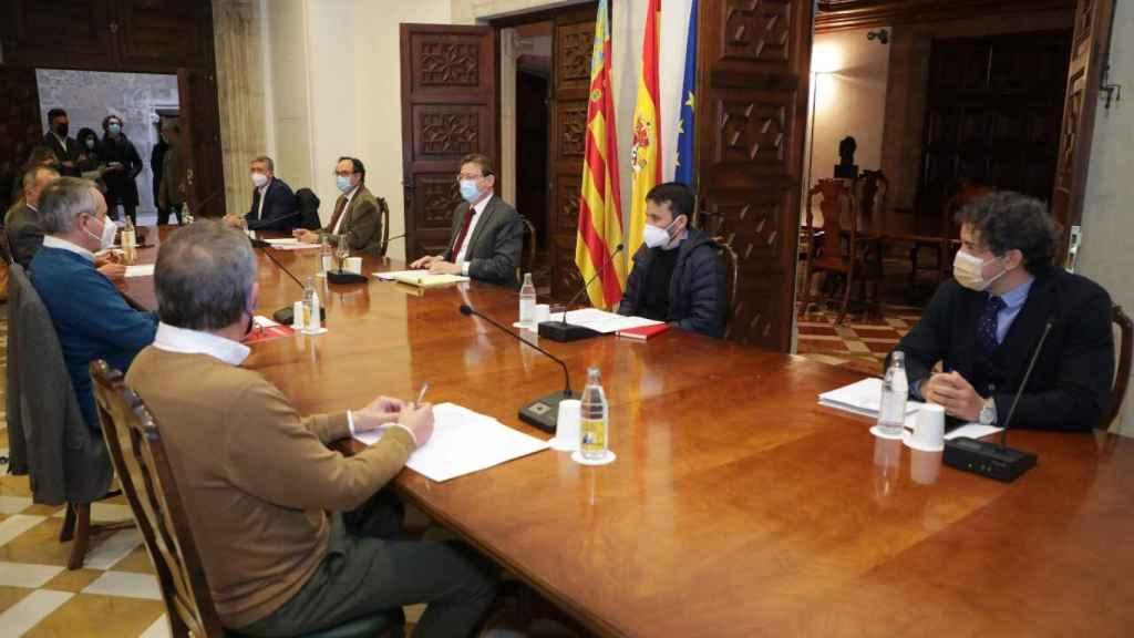 Ximo Puig, en la reunión con los agentes sociales para anunciar el plan 'Resiste'. EE