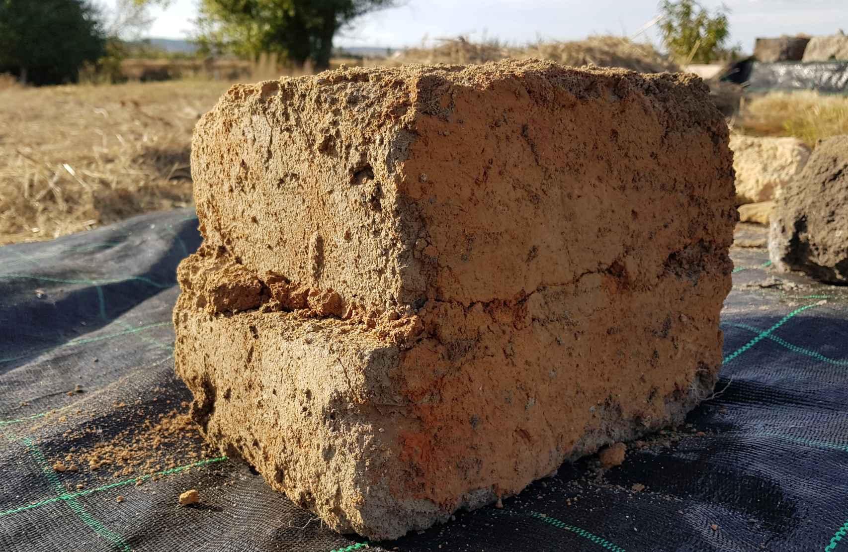 Ladrillos adobe con recibido de emplasto y enfoscado de arcillas.